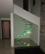Escalier-tournant-marches-verre-suspendues-eclairees-1