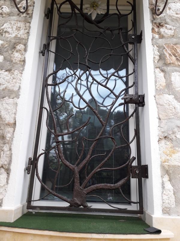 Grille-pour-porte-design-arbre-1